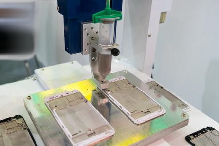 attach         â     â       ©: Robot con pegamento Jeringa de inyección en el teléfono