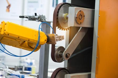 mano robotica: robot que trabaja en fábrica, Controler de la mano robótica.