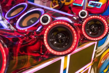 equipo de sonido: luces de colores de estéreo y altavoces del vehículo en la noche