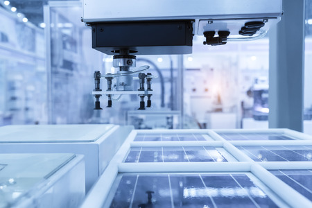 productie van zonnepanelen, industriële robot die werkzaam zijn in de fabriek, Conveyor Tracking Controller van robotachtige hand.