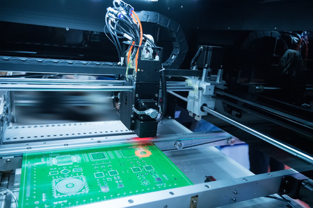 PCB verwerking op CNC machine, de productie van elektronische componenten op high-tech fabriek