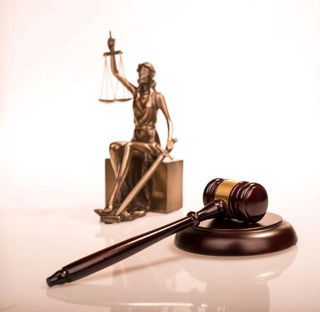 orden judicial: Mazo de madera en la mesa de madera, concepto de la ley