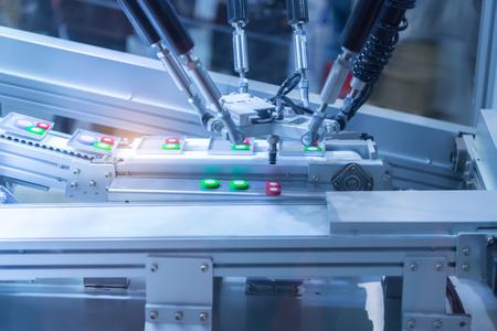 Automatische robot in assemblagelijn die in de fabriek werkt. Slimme fabrieksindustrie 4.0 concept. Stockfoto