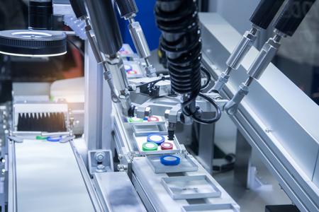 Automatische robot in assemblagelijn die in de fabriek werkt. Stockfoto