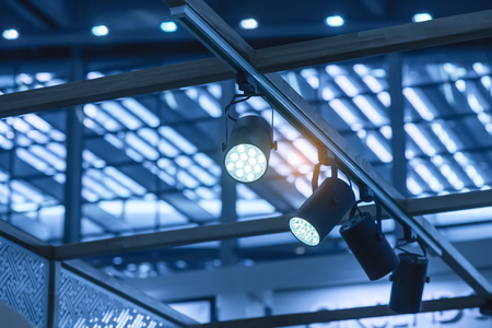 Lumière LED sur le toit du centre commercial.
