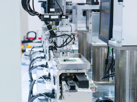 kunstmatige intelligentie machine die werkt in de telefoon fabriek Stockfoto