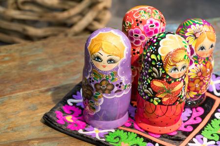 muñecas rusas: Hermosas coloridas muñecas rusas de anidación Matreshka Foto de archivo