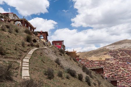 sichuan: Red village and monastery at Larung gar (Buddhist Academy) in Sichuan China Stock Photo