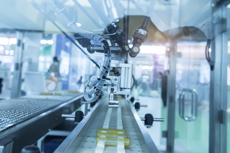 제조 공장, 스마트 공장 업계에서에서 컨베이어와 산업 로봇 4.0 개념. 스톡 콘텐츠
