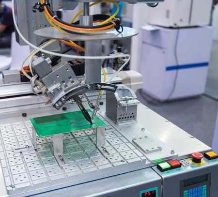 transistor: Robot de soldadura en la línea de montaje de trabajo en fábrica. Smart factory industry 4.0 concepto.