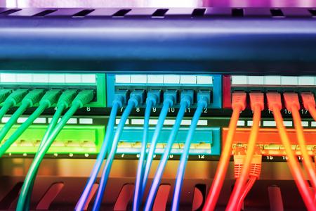 スイッチとクラウドコンピューティングのデータ センター サーバー ラック ファイアウォールのネットワーク ケーブル