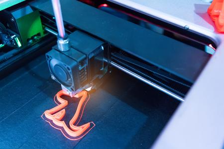 Modern 3D printer printing figure close-up macro Standard-Bild