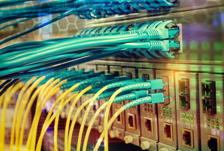 光ファイバケーブルは、光ファイバーに接続されているポートとネットワーク ケーブル 写真素材