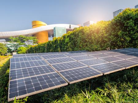 Panneaux solaires dans le parc de la ville moderne Banque d'images - 88072922