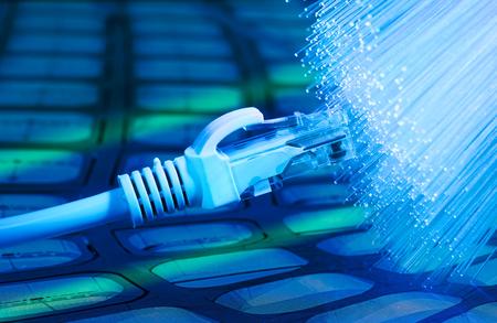 繊維光学の背景を持つネットワーク ケーブルのクローズ アップ