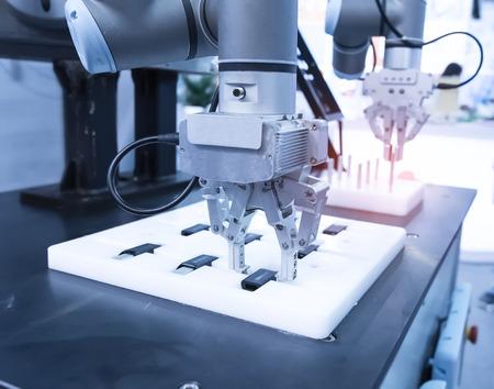 máquina-herramienta robótica en planta de fabricación industrial, Smart factory industry 4.0 concept.