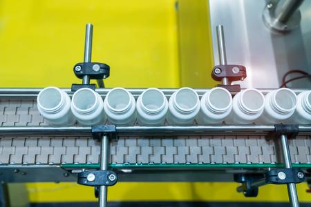 Förderband für Produktionslinien für pharmazeutische Verpackungen in der Fabrik für Apotheken.