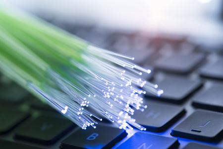 cavi di rete e primo piano in fibra ottica con sfondo della tastiera