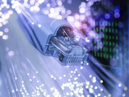 netwerkkabel close-up met optische vezel achtergrond