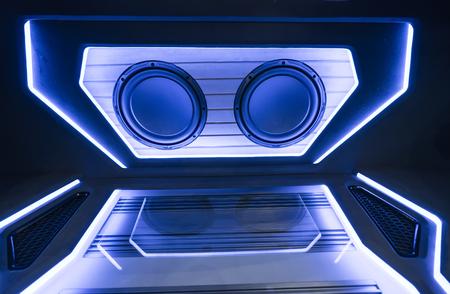 bunte Lichter von Stereoanlage und Lautsprechern im Auto in der Nacht