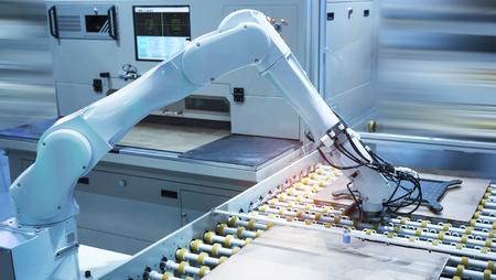 Automatisation de l'assemblage de la machine de la carte de circuit imprimé avec bras robotisé, concept Smart factory Industry 4.0. Banque d'images