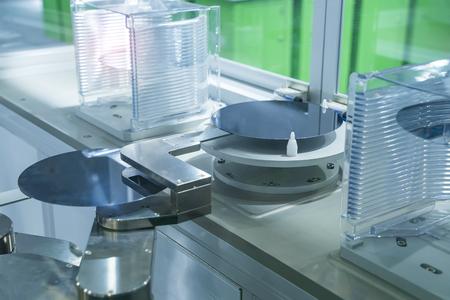 Microcircuitos y obleas de silicio con aplicación de control de sistema de automatización en brazo de robot automatizado Foto de archivo