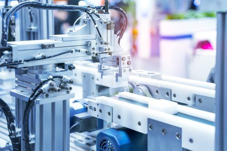 ingresso pneumatico del sistema automatico alla maniglia del robot nella fabbrica di intelligence