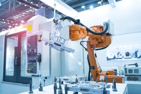 El brazo robótico funciona inteligentemente en el departamento de producción de la fábrica de inteligencia artificial. Foto de archivo