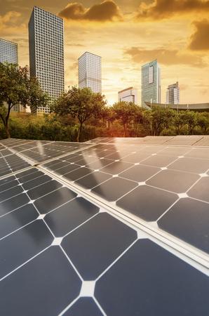 Planta de paneles solares renovables de energía ecológica con hitos del paisaje urbano
