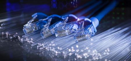 Netzwerkkabel mit abstraktem Glasfaserhintergrund Standard-Bild