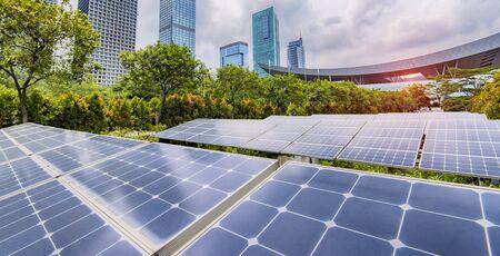 Planta de paneles solares renovables de energía ecológica con paisaje urbano.