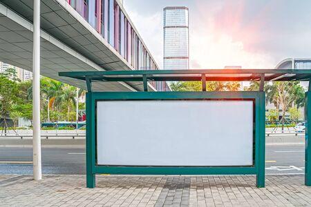 Plakatwand oder leeres Plakat werben auf City City für neue Werbung. Standard-Bild