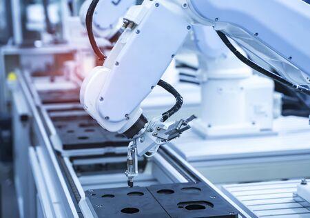 전자 조립 라인용 로봇 암 캐치. 스마트 기술 제조 공정용 로봇.