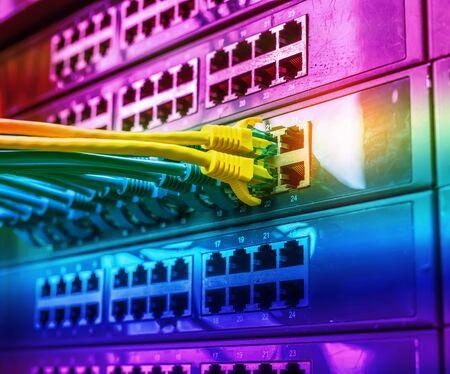 kabel na przełącznikach sieciowych w tle