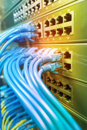Informationstechnologie Computernetzwerk, Telekommunikationskabel mit Internet-Switch verbunden.