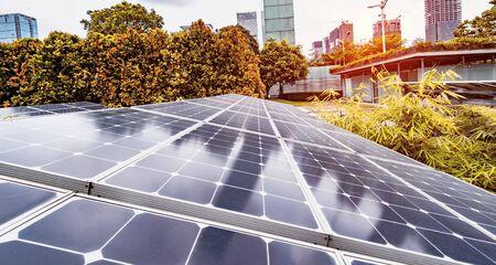 Ecologische energie hernieuwbare zonnepaneel plant met stedelijke moderne gebouwen landschapsoriëntatiepunten