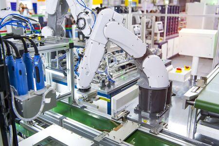 Computerlüfter mit Roboter- und Automatisierungssystem-Steuerungsanwendung auf automatisiertem Roboterarm Standard-Bild