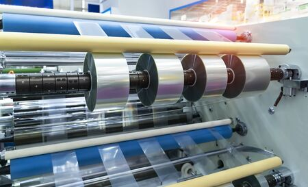 Lamineren en terugspoelen soort beschermende filmmachine met klemrollen automatische kantenverlijming Stockfoto