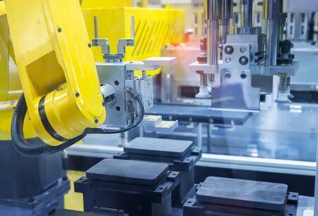 제조 전화 공장의 로봇 화면 보호 필름 또는 유리 덮개 스톡 콘텐츠