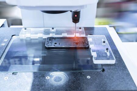 Die mehrachsige KMG-Maschine misst das Aluminium-Handyteil