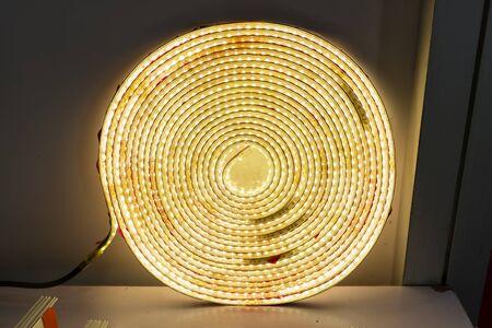 Tiras de LED para iluminar la habitación.