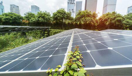 Usine de panneaux solaires renouvelables à énergie écologique avec des points de repère du paysage urbain