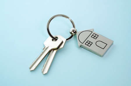 Key and key chain in the shape of a house Imagens