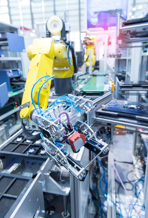 robotic arm catch for electronic assembly line. The robot for smart technology manufacturing process. 免版税图像