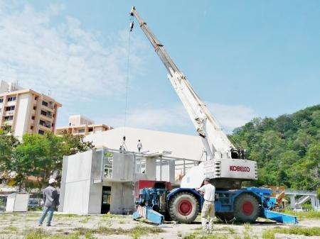 Likas, Sabah - 1 2009: i lavoratori non identificati durante la costruzione di unità modulare spettacolo casa Editoriali