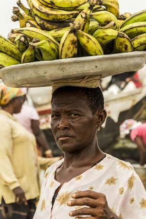 Ghana - 28 dicembre 2016: Donna africana del Ghana che vende le banane Archivio Fotografico - 87507499