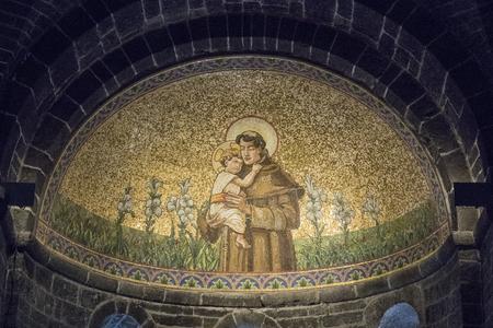 モザイクと教会のベラージオの内部 報道画像
