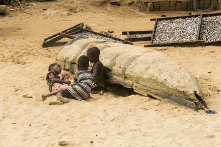 Accra, Ghana - December 30, 2016: African children play on the beach in Accra, Ghana. Archivio Fotografico - 105182713