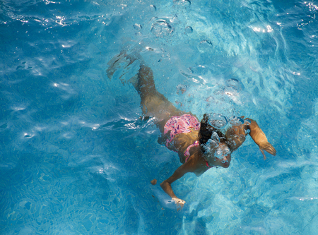 Young girl swimming under water Archivio Fotografico - 118444462