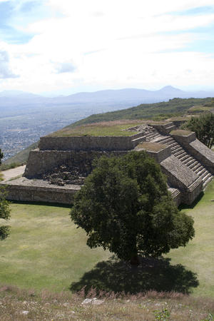 The monumental center of Monte Albán is the Main Plaza, which measures approximately 300 meters by 200 meters. Archivio Fotografico - 118444315